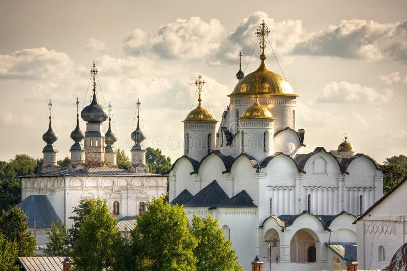 Traditionelle russische Kirchen in der Landschaft stockbild