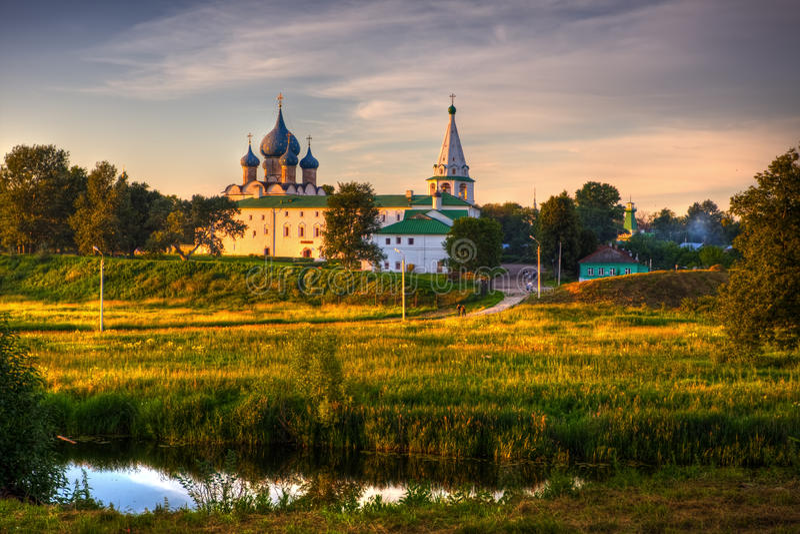 Traditionelle russische Kirchen in der Landschaft stockfotografie