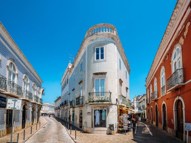 Traditionelle schmale Straßen in der historischen Mitte von Tavira-Stadt, Algarve, Süd-Portugal stockbilder