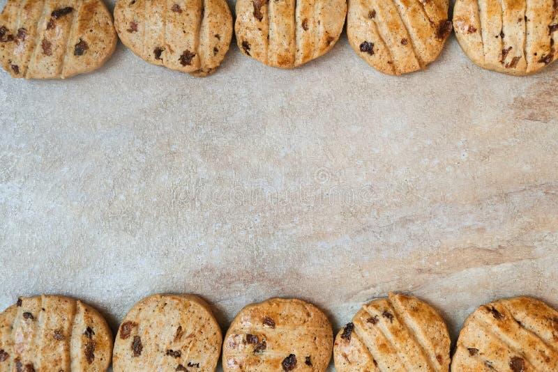 Traditionelle Schokoladensplitterpl?tzchen auf Tabelle lizenzfreie stockfotos