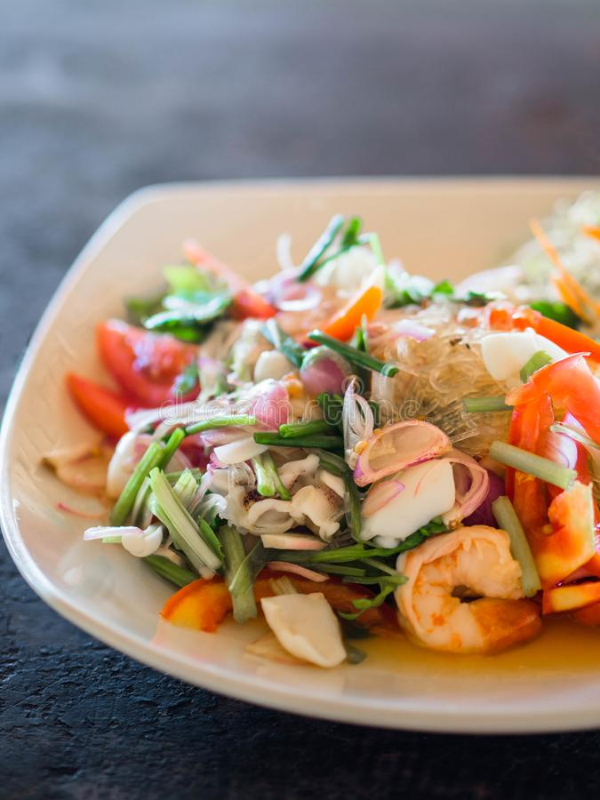 Traditionelle siamesische K?che Reisnudelsalat, Frischgemüse und Kräuter und Meeresfrüchte auf einer Platte in einem Café Authent lizenzfreies stockfoto