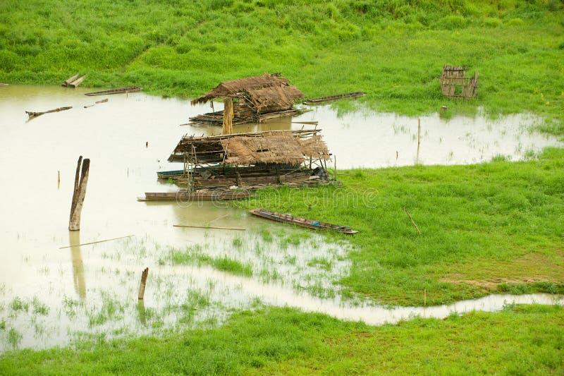 Traditionelle sich hin- und herbewegende Bambush?user mit Stroh bedeckten D?cher in Lied Kalia-Fluss in Sangkhlaburi, Thailand lizenzfreies stockbild