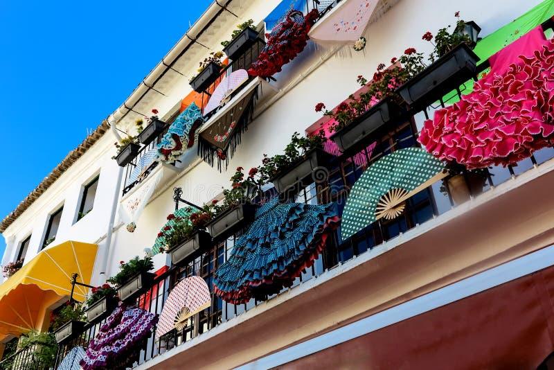Traditionelle spanische kleidung als hausdekoration - Spanische dekoration ...