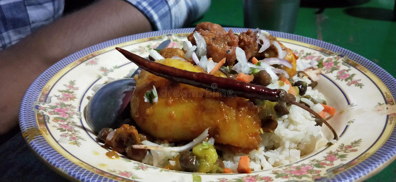 Traditionelle Speisen in Bangladesh-Sylhet mit weißem Hintergrund stockbilder