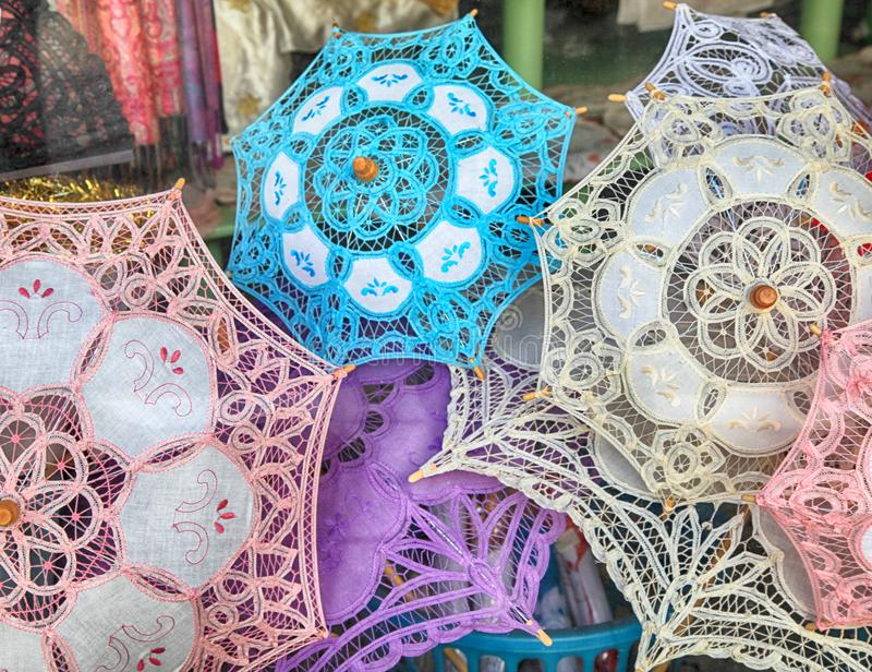 Traditionelle Spitzeregenschirme im Souvenirladen in Lefkara, Zypern lizenzfreies stockfoto