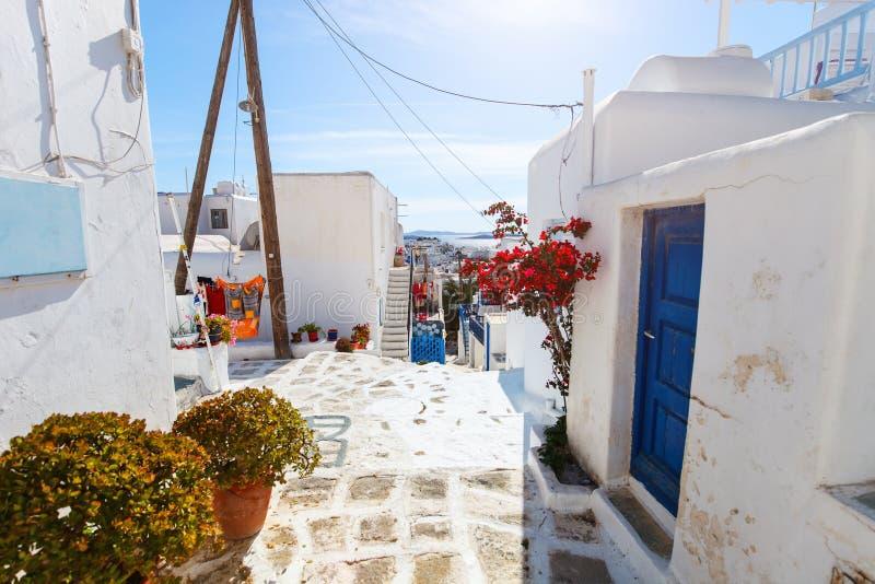 Traditionelle Straße von Mykonos-Insel in Griechenland stockbild