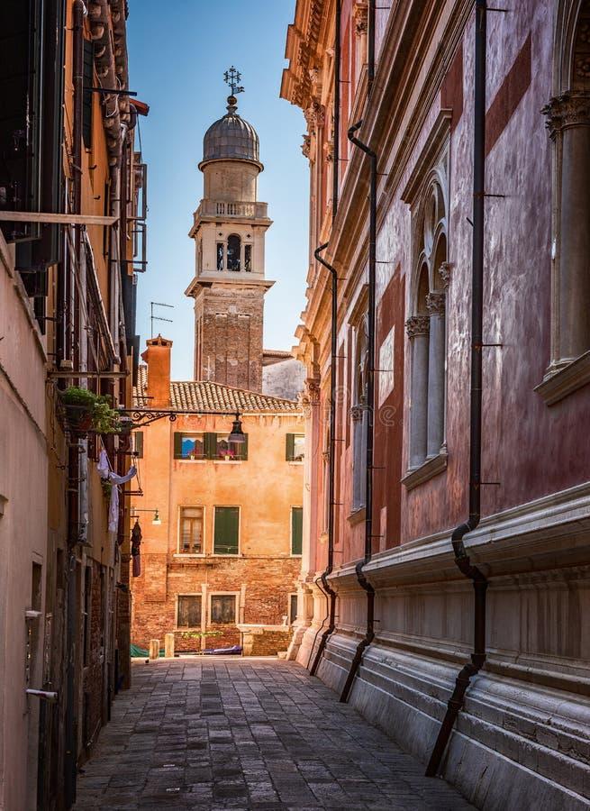 Traditionelle Straßen-, Kirchen- und venezianische Häuser in Venedig, Italien lizenzfreies stockbild