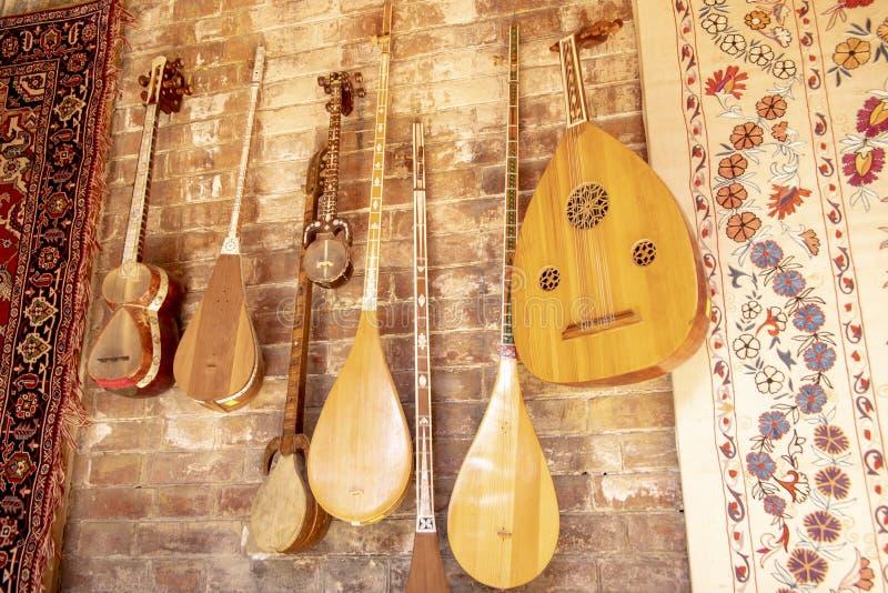 Traditionelle Suzani-Tapisserie und Musikinstrumente, Usbekistan stockfotografie