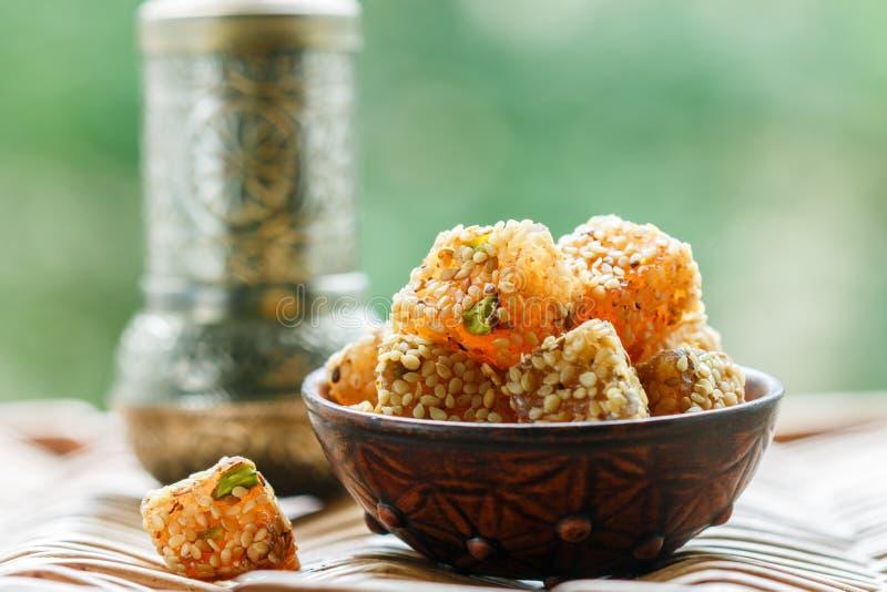 Traditionelle t?rkische Freude Lokum Orientalische Bonbons mit indischem Sesam und Pistazien stockfotos
