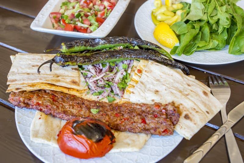 Traditionelle t?rkische Nahrungsmittel; Adana-Kebab, gegrilltes Fleisch stockbild