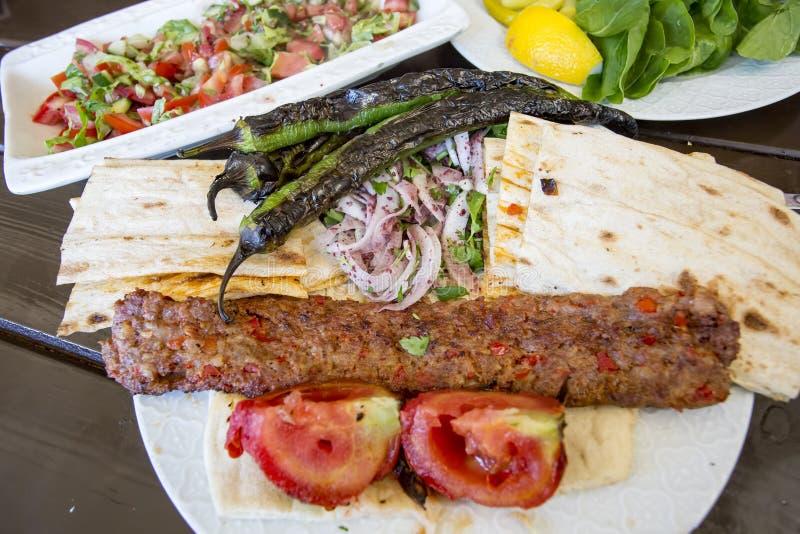 Traditionelle t?rkische Nahrungsmittel; Adana-Kebab, gegrilltes Fleisch stockfotos