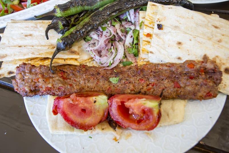 Traditionelle t?rkische Nahrungsmittel; Adana-Kebab, gegrilltes Fleisch lizenzfreie stockbilder