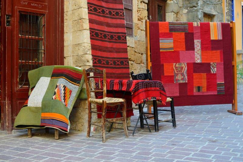 Traditionelle Teppiche für Verkauf in Chania, Griechenland lizenzfreies stockfoto