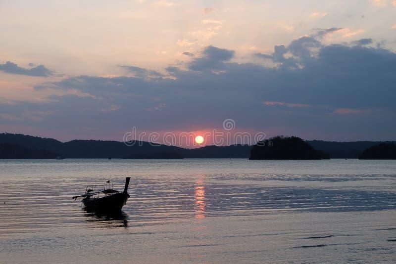 Traditionelle thailändische Boote am Sonnenuntergangstrand. AO Nang, Krabi-Provinz. lizenzfreies stockfoto