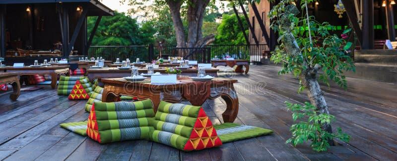 Traditionelle thailändische klassische Bankettaufnahmetabellen, Ort im Hotelrestaurant-Nahrungsmittelcatering Abendessenbankett f stockfoto