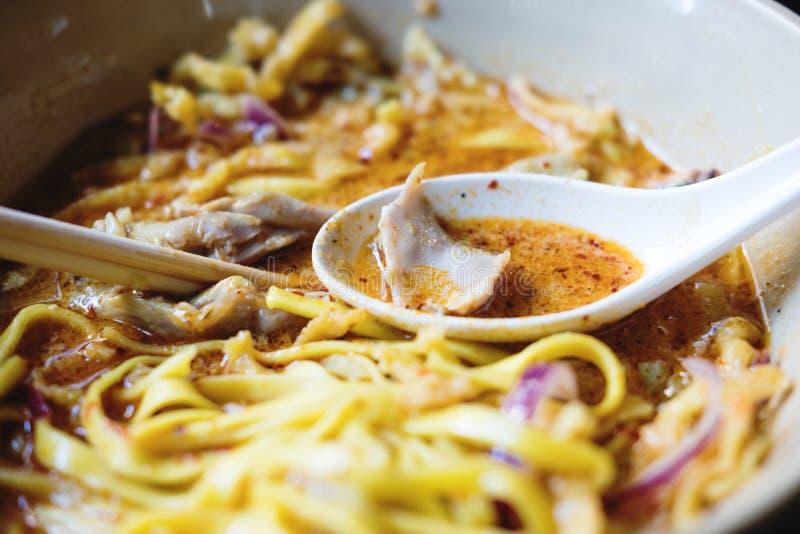 Traditionelle thailändische ` Lebensmittel ` Khao Soi Hühnernordnudel lizenzfreies stockfoto