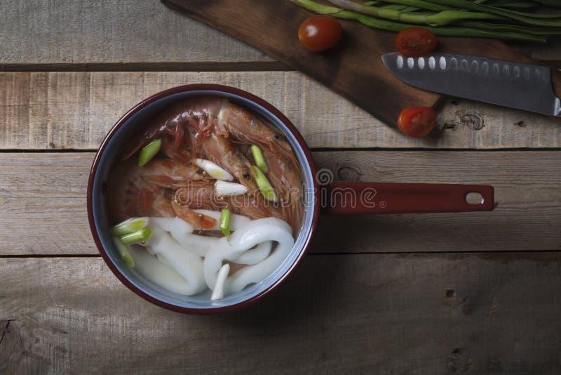 Traditionelle thailändische Suppe Tom Yam auf dem Holztisch lizenzfreie stockfotografie