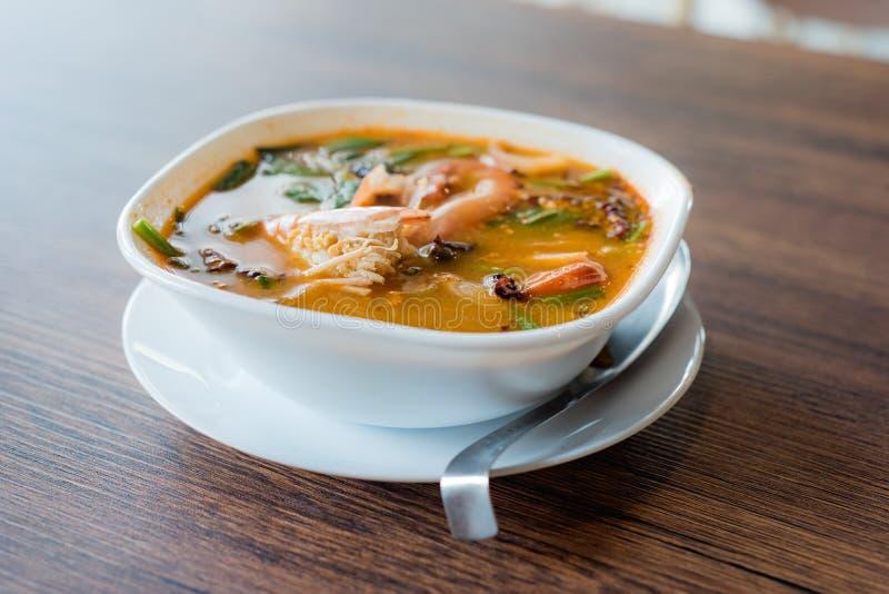 Traditionelle thailändische würzige Suppe der Lebensmittel-Flussgarnele, Tom Yum Goong, Tha stockfotos