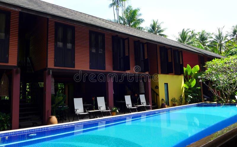 Traditionelle tropische Rücksortierung u. Swimmingpool stockbild