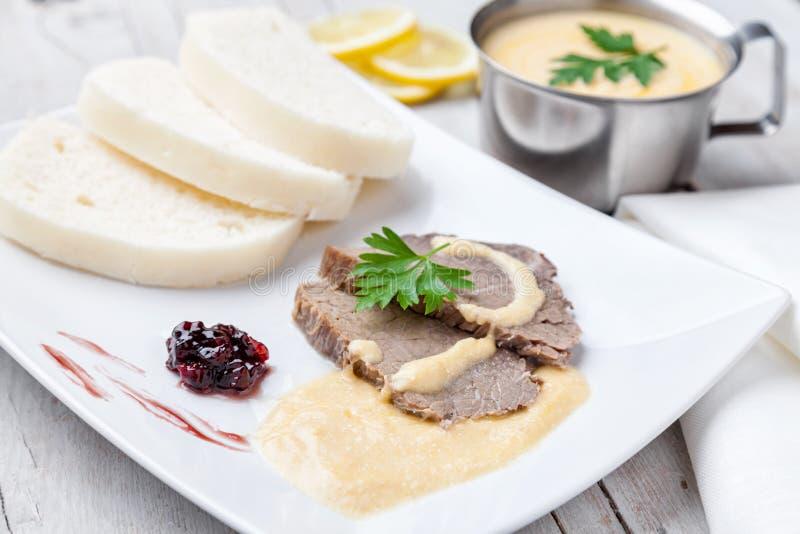 Traditionelle tschechische und slowakische Soße und Mehlklöße des Lendenstücks mit Sahne stockfoto