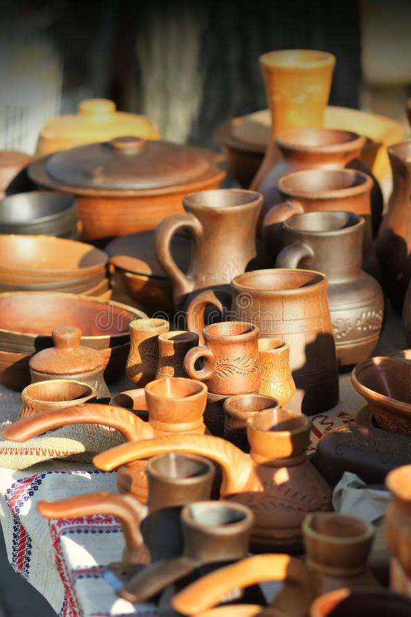 Traditionelle ukrainische KochherdTongefäße, Becher und Krüge auf Markt klemmen fest Weinlese-Tonwaren lizenzfreies stockfoto
