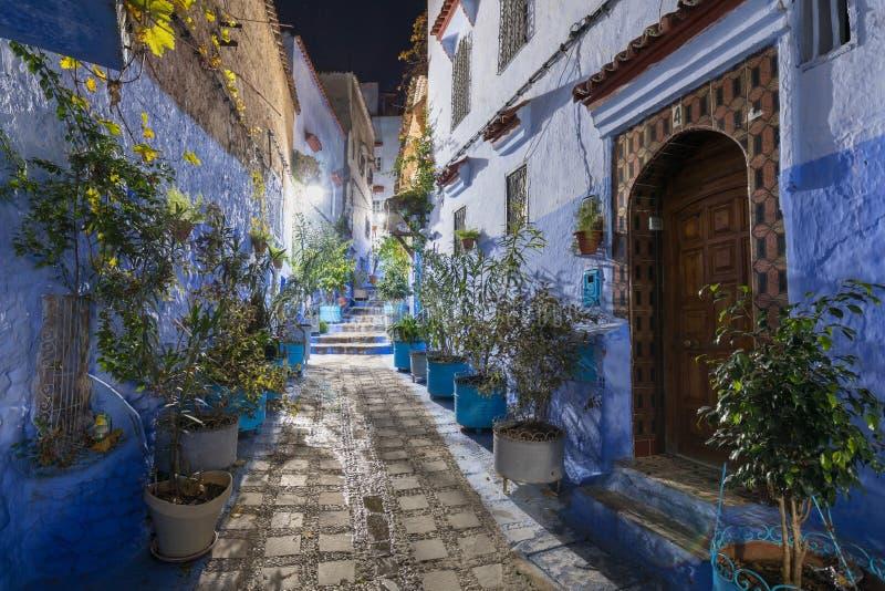 Traditionelle und typisch marokkanisch-architektonische Details in Chefchaouen, Marokko Afrika Schmaler und schöne Straße der bla lizenzfreies stockfoto