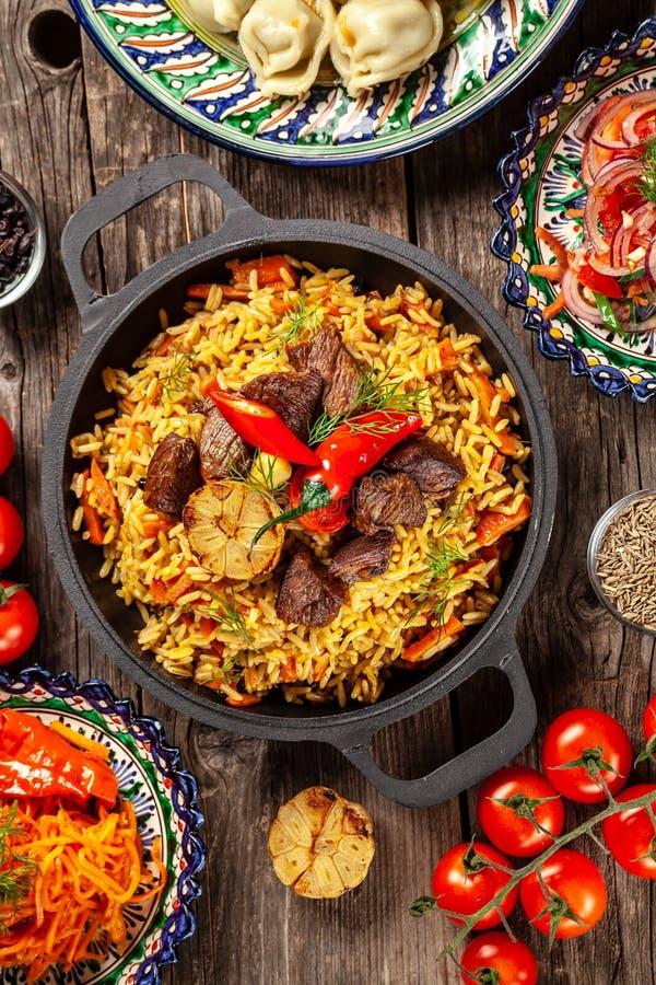Traditionelle Usbekorientale-Küche Usbekfamilientabelle von den verschiedenen Tellern in den Nationalgerichten für den Neujahrsfe stockfoto