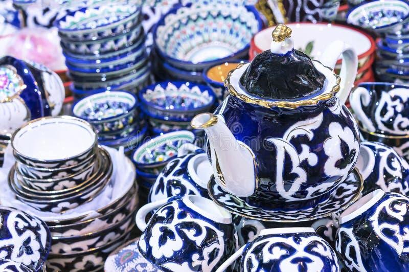 Traditionelle Usbekteekanne und -schalen mit Blumenverzierungen lizenzfreies stockfoto