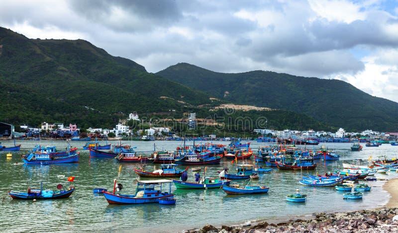 Traditionelle vietnamesische Fischerboote stockbild