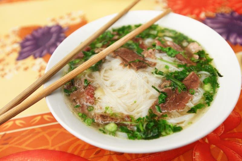 Traditionelle vietnamesische Suppe Pho mit Reisnudeln lizenzfreie stockfotografie
