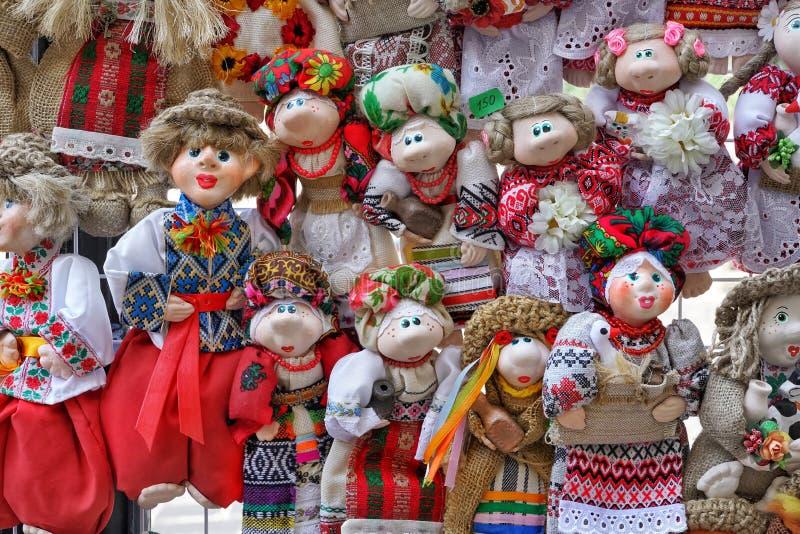 Traditionelle Volkspuppen in den ukrainischen Kostümen lizenzfreie stockfotografie