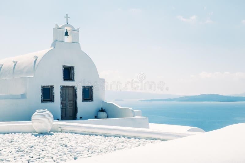 Traditionelle weiße Mittelmeerkirche im minimalistic Entwurf, Griechenland stockfoto