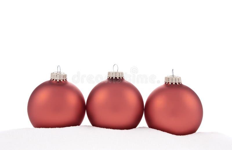 Traditionelle Weihnachtskugeln auf weißem Hintergrund lizenzfreies stockbild