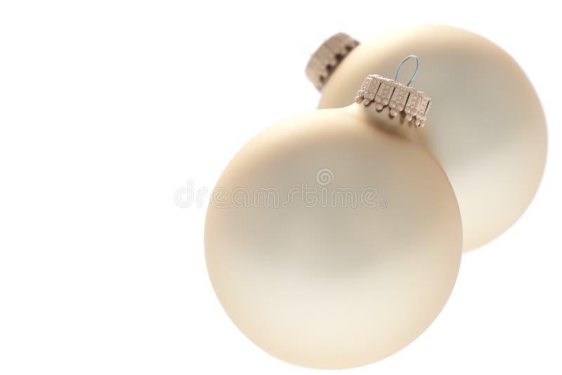 Traditionelle Weihnachtskugeln auf weißem Hintergrund stockfoto