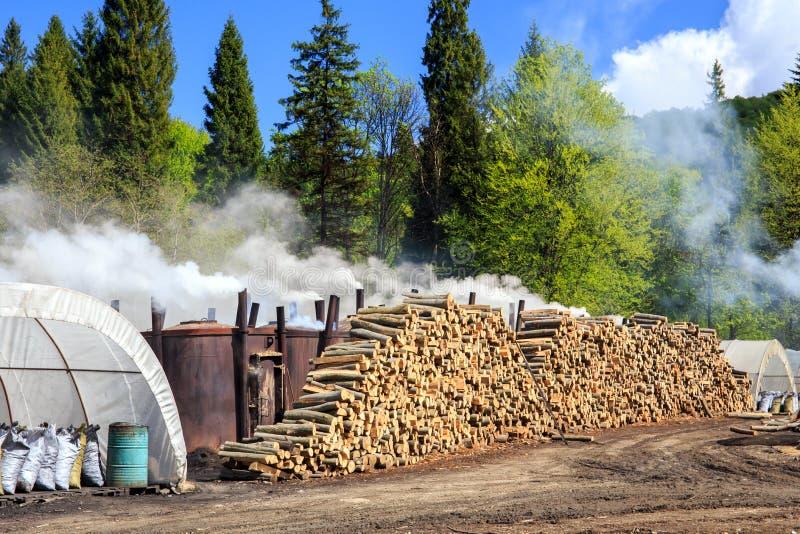 Traditionelle Weise der Holzkohlenproduktion stockfotografie