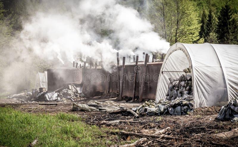 Traditionelle Weise der Holzkohlenproduktion lizenzfreie stockfotografie