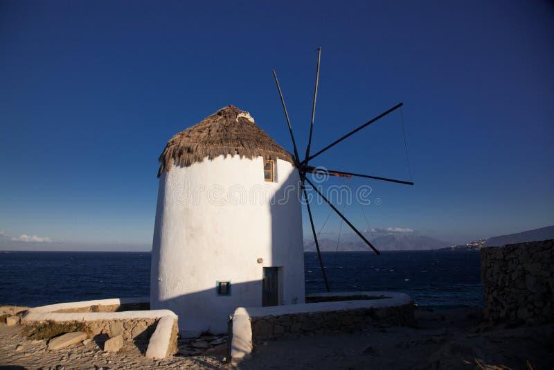 traditionelle Windm?hlen der ber?hmten Ansicht auf der Insel Mykonos, Griechenland lizenzfreies stockbild