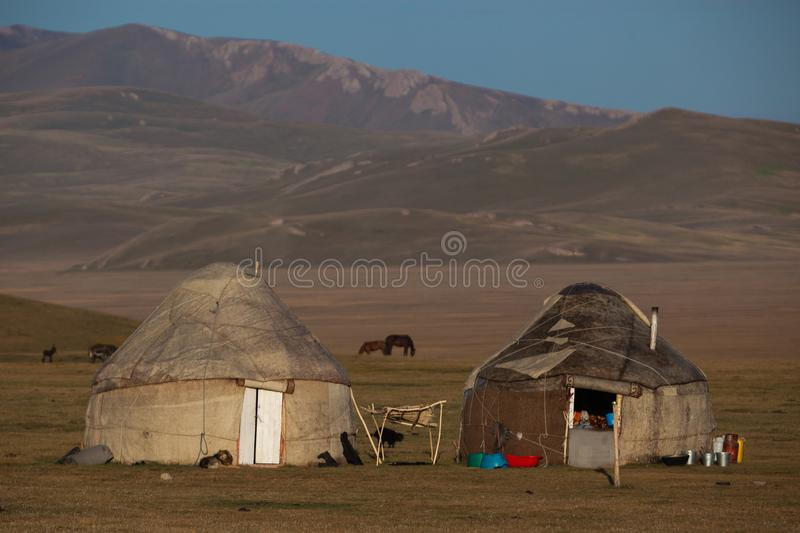 Traditionelle yurts am Lied Kol See in Kirgisistan stockbild