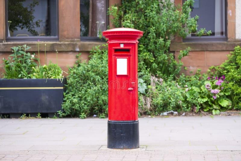 Traditioneller alter roter Briefkasten für Post und Briefzustellung stockbild