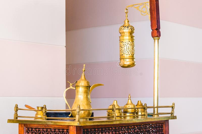 Traditioneller arabischer Kaffeesatz auf antiker Tabelle stockbild
