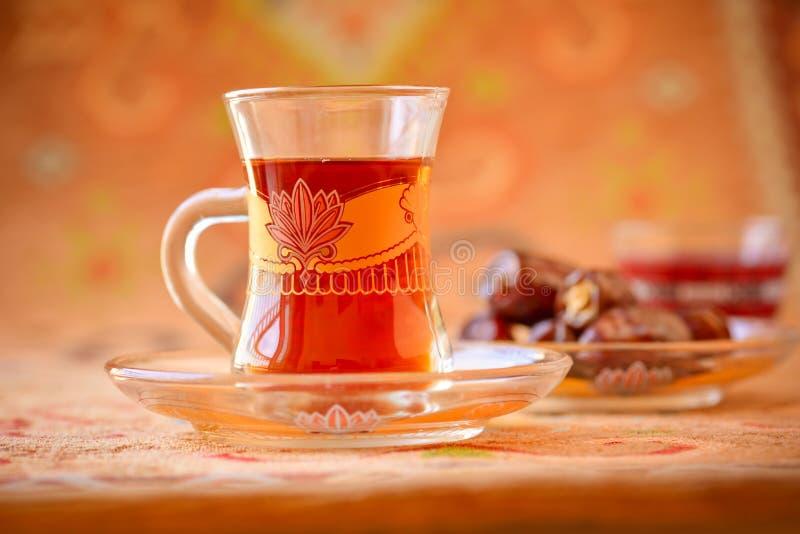 Traditioneller arabischer schwarzer Tee oder sulemani stockfotos
