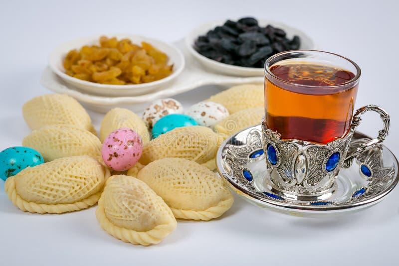 Traditioneller Aserbaidschanerfeiertag der Navruz-Feiertag Glas Aserbaidschanertee in einem silbernen Becherhalter auf einer silb lizenzfreie stockfotos
