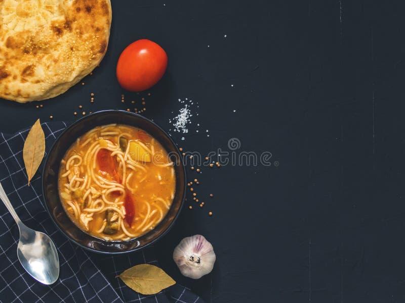 Traditioneller asiatischer Teller ist Lagman Asiatisches Flatbread lavash, Knoblauch lizenzfreies stockbild
