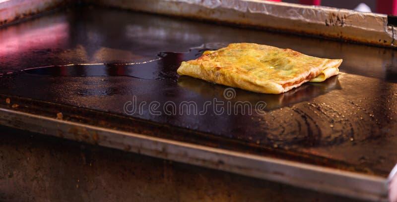 Traditioneller asiatischer thailändischer geschmackvoller süßer Straßennahrungsmittelimbiß, heiße knusperige thailändische thailä lizenzfreie stockfotos