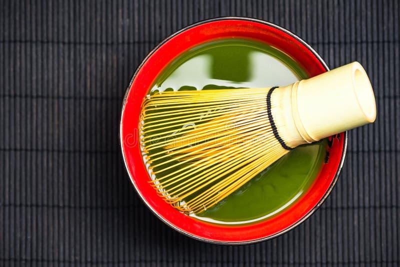 Traditioneller Bambus wischen und matcha Tee lizenzfreie stockbilder