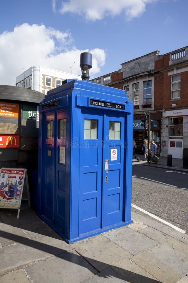 Traditioneller britischer allgemeiner Anrufpolizeikasten stockfotografie