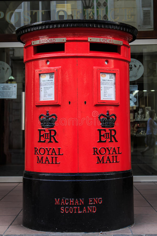 Traditioneller britischer Postbox stockfotos