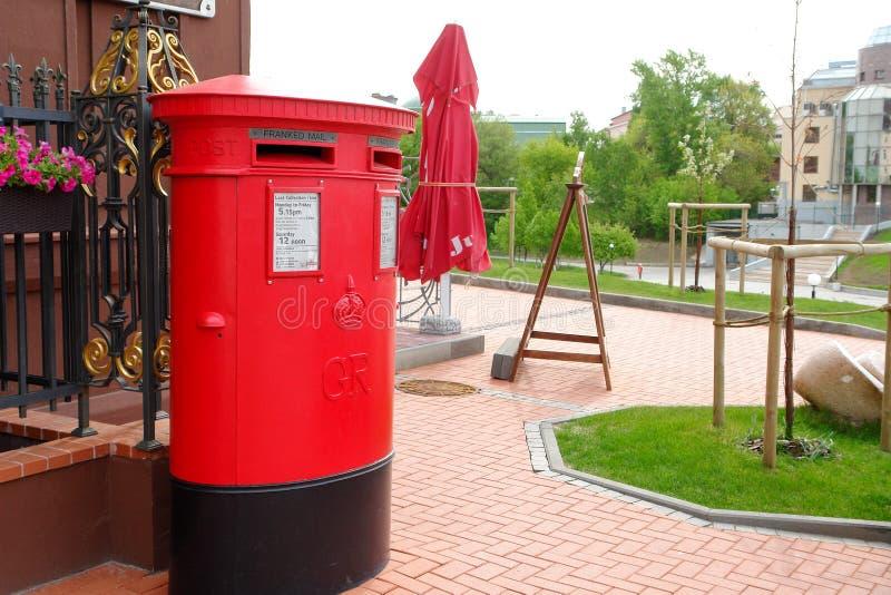 Traditioneller britischer roter Briefkasten auf Straße stockfotografie