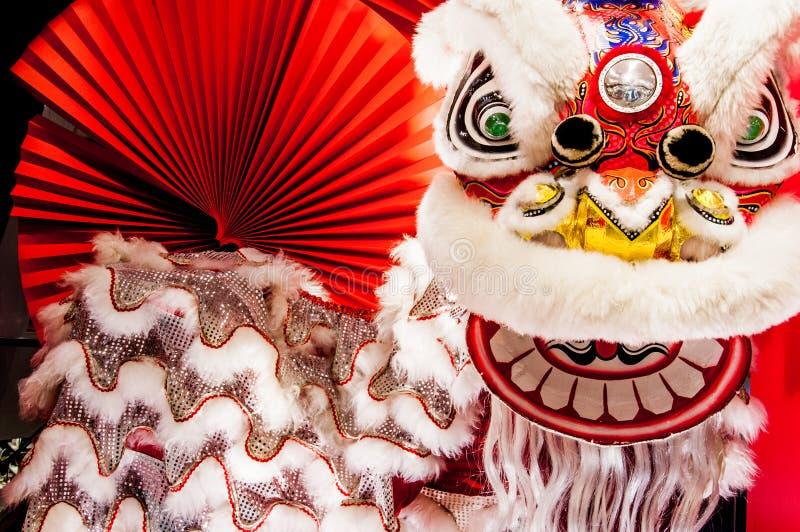 Traditioneller bunter chinesischer Löwe des neuen Jahres mit rotem Fan lizenzfreies stockbild