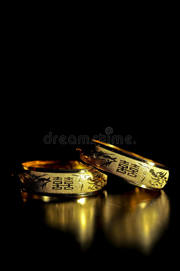 Traditioneller Chinese-Goldhochzeits-Armband lizenzfreies stockfoto